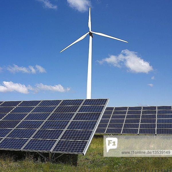 Konzept für erneuerbare Energien mit Blick auf eine Windturbine und Solarmodule  Frankreich  Europa