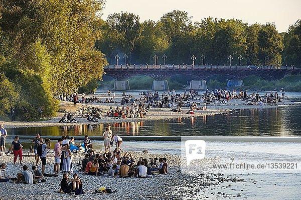 Jugendliche auf Kiesbank am Flussufer  Isar am Flaucher  Thalkirchner Brücke  Thalkirchen  München  Oberbayern  Bayern  Deutschland  Europa