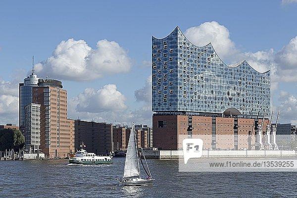 Boote auf der Elbe  Elbphilharmonie  Hamburg  Deutschland  Europa