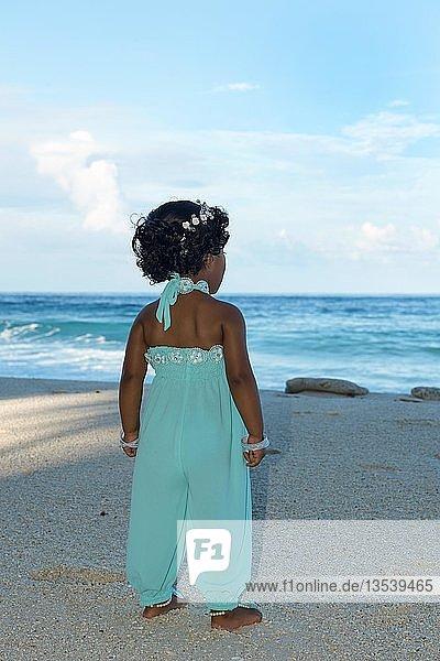 Kleines maledivisches Mädchen am Sandstrand  Fuvahmulah Island  Indischer Ozean  Malediven  Asien