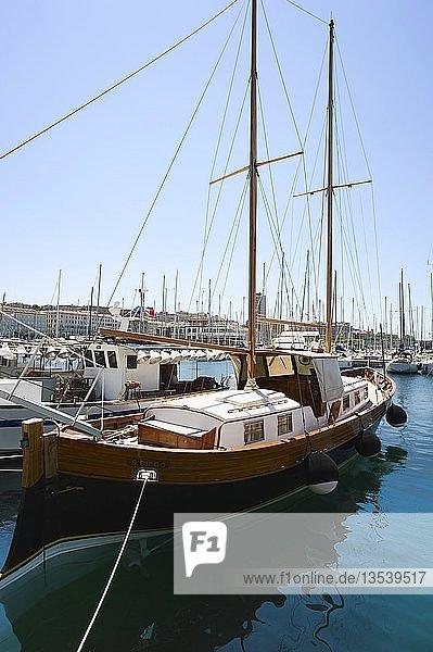 2-Mast-Segelyacht aus Holz im Yachthafen  Triest  Friaul  Italien  Europa