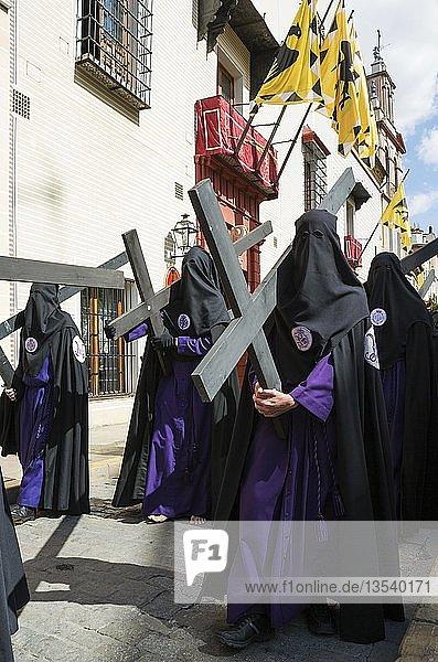Büßer mit Kreuz bei der Semana Santa Prozession  Karwoche  Sevilla  Andalusien  Spanien  Europa