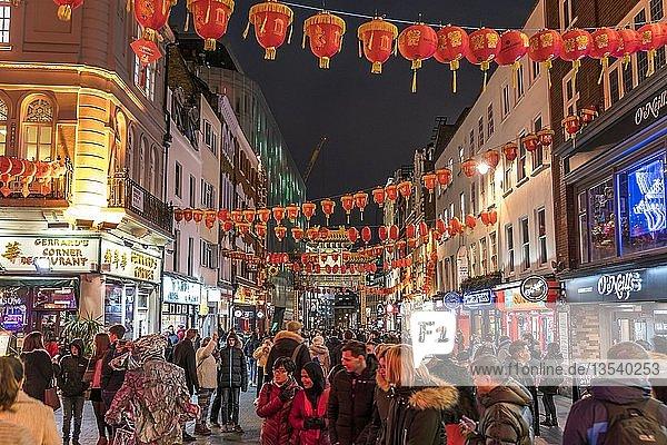 Fußgängerzone mit roten Laternen bei Nacht  Chinatown  London  Großbritannien  Europa