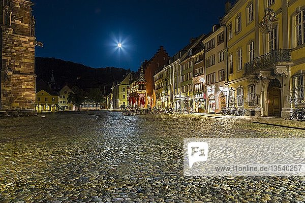 Beleuchteter Domplatz bei Nacht  Freiburg im Breisgau  Schwarzwald  Baden-Württemberg  Deutschland  Europa