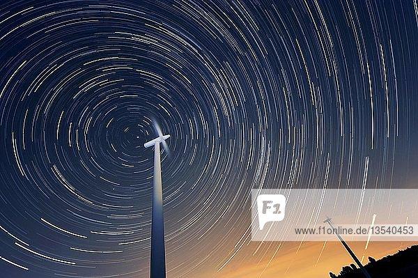 Windräder vor dem Nachthimmel  Grevenbroich  Nordrhein-Westfalen  Deutschland  Europa