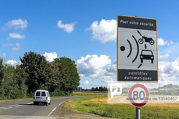 Verkehrsschild  Geschwindigkeitsbegrenzung auf 80 km/h und Radarkontrolle  Frankreich  Europa