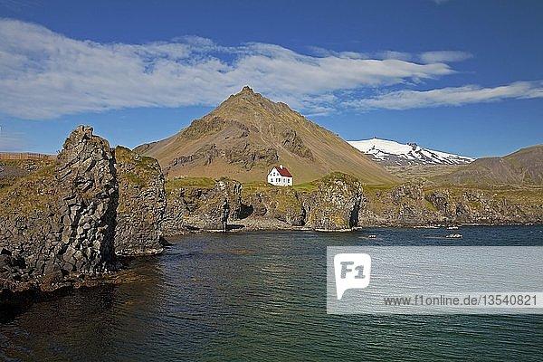 Haus an der Basaltküste vor Berg Stapafell und Gletscher Snæfellsjoekull  Arnarstapi  Snæfellsnes  Vesturland  Island  Europa