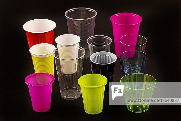 Plastikbecher  viele verschiedene Arten  Formen  Farben  Einwegbecher  Plastikmüll