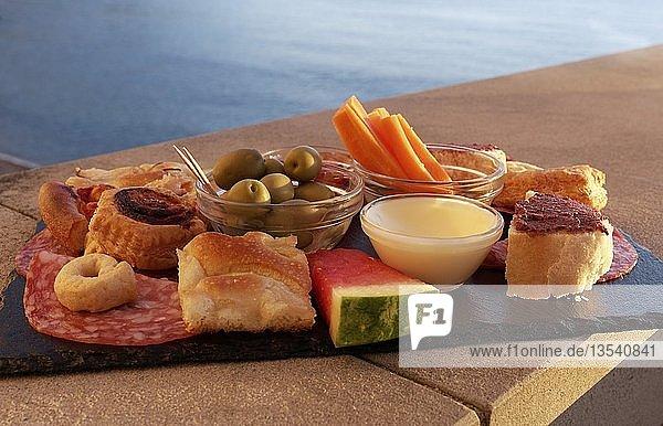 Snack-Platte mit Focaccia  Wurst  Dip und Oliven  Camogli  Provinz Genua  Riviera di Levante  Ligurien  Italien  Europa