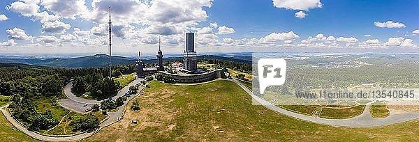 Panorama  Sendemast des Hessischen Rundfunks und Aussichtsturm  Großer Feldberg  hinten Oberreifenberg  Taunus  Schmitten  Hessen  Deutschland  Europa