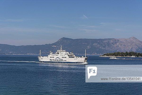 Fährschiff vor der Küste von Kerkyra  dahinter Albanien  Insel Korfu  Ionische Inseln  Griechenland  Europa