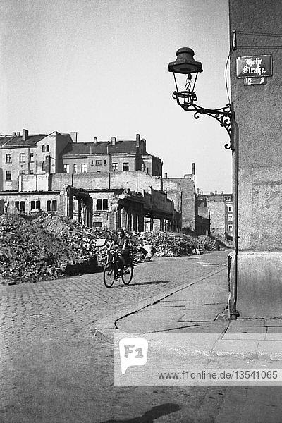 Frau auf dem Fahrrad fährt durch Ruinen  1947  Hohe Straße Ecke Bernhard-Göring-Straße Leipzig  Sachsen  DDR  Deutschland  Europa
