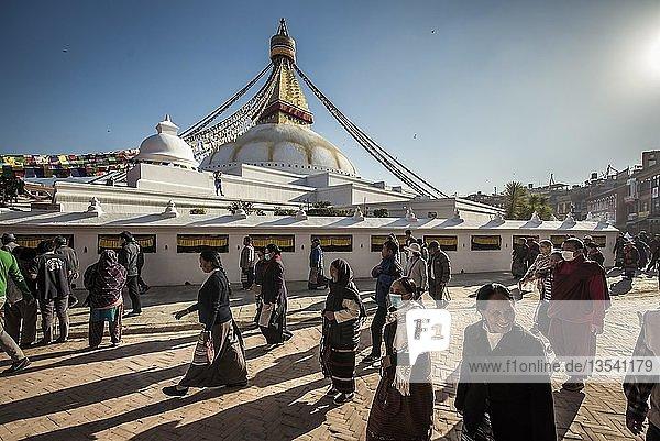Boudhanath Stupa mit Pilgern  Boudha  Tibetischer Buddhismus  Kathmandu  Nepal  Asien