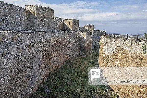 Hauptverteidigungsmauer und Graben der Festung Akkerman oder White Rock Festung,  Belgorod-Dnestrovskiy,  Odessa Oblast,  Ukraine,  Europa