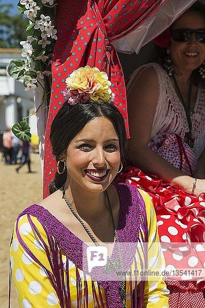 Frau in buntem Kleid  Pfingsten  Wallfahrt von EL Rocio  Huelva-Provinz  Andalusien  Spanien  Europa