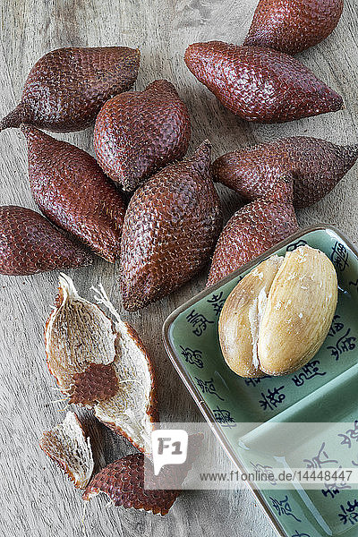 Salak (Sa-Lha  thailändische Schlangenfrüchte) auf Holzbrett