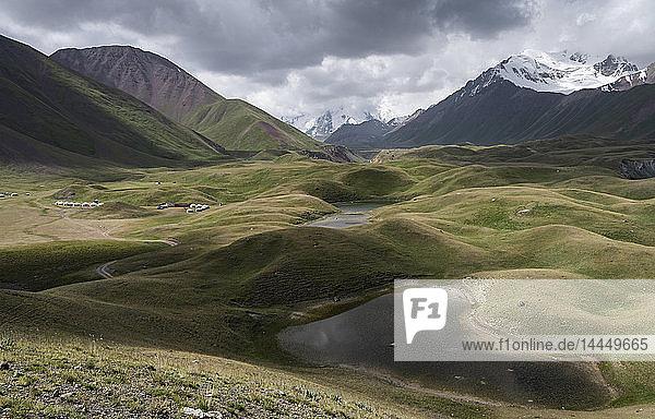 Landschaftsansicht mit Seen in einem Tal  umgeben von schneebedeckten Bergen  Tulpar Kul  Kirgisistan.