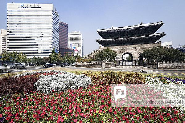 Namdaemun-Tor mit Blumen im Vordergrund
