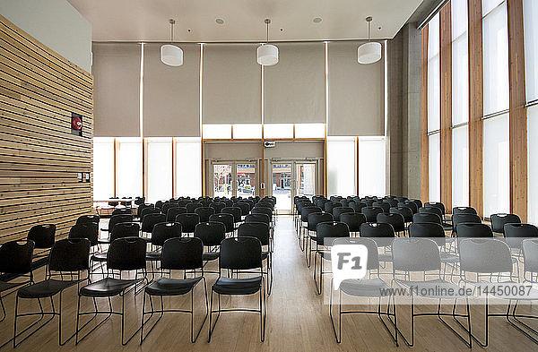 Stühle im leeren Raum