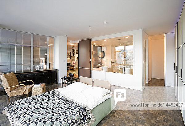 Plattformbett im modernen Schlafzimmer