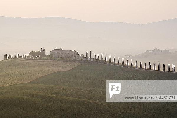Toskanisches Bauernhaus in der Morgendämmerung