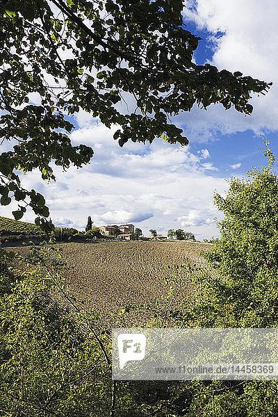 Bauernhaus und Feld
