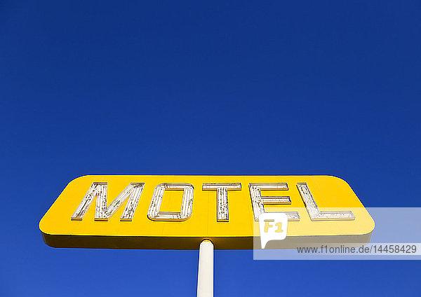 Gelbes Neon-Motel-Schild