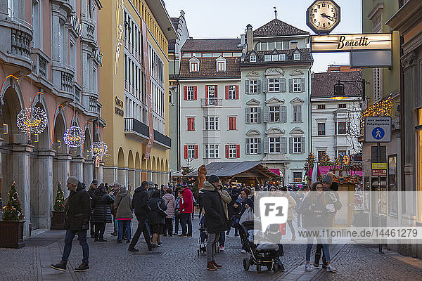 Customers at Christmas market in Piazza Walther  Bolzano  Italy