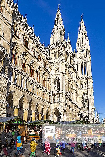 View of Rathaus and Christmas market stalls in Rathausplatz  Vienna  Austria