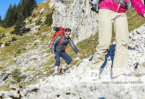 Frau beim Bergwandern in felsigem Gelände