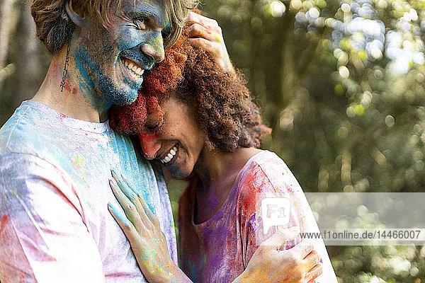 Liebespaar feiert Holi  Fest der Farben