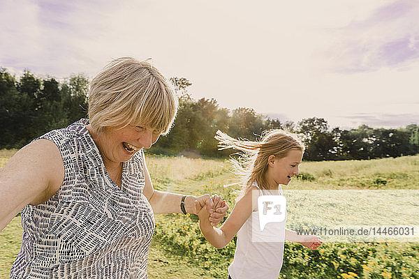 Großmutter und Enkelin beim Rollschuhlaufen