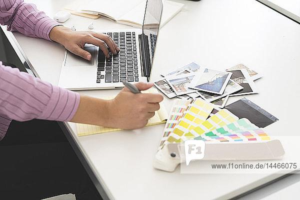 Designer im Büro arbeiten  Laptop benutzen  Nahaufnahme