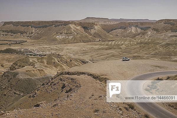 Israel  Negev  Avdat-Nationalpark  Blick auf die Negev-Wüste mit dem Jeep