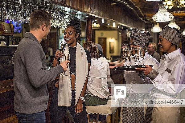 Ehepaar bei einem Glas Champagner in einer Bar
