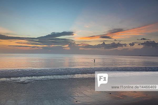 Indonesien  Bali  Strand von Jimbaran bei Sonnenuntergang