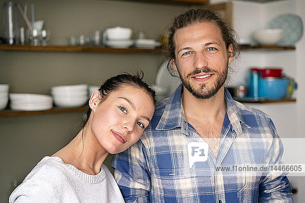 Porträt eines glücklichen jungen Paares zu Hause
