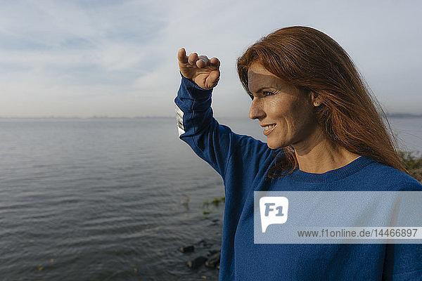 Deutschland  Hamburg  lächelnde Frau am Elbufer