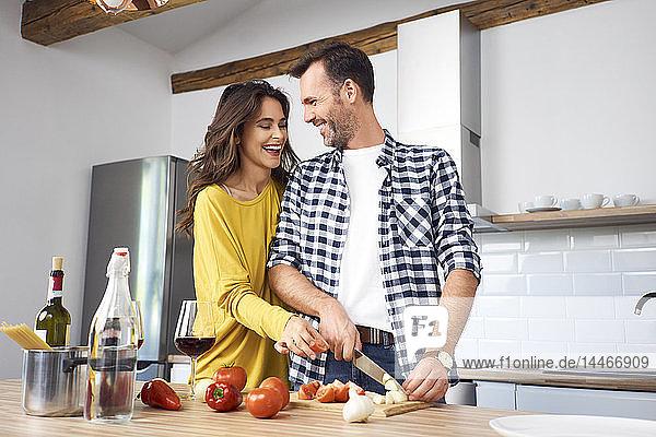 Liebespaar in der Küche  das gemeinsam Spaghetti zubereitet
