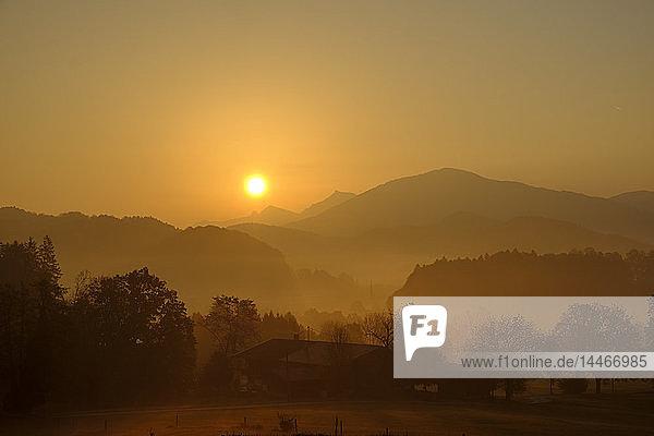 Deutschland  Oberbayern  Giesberg bei Miesbach bei Sonnenaufgang