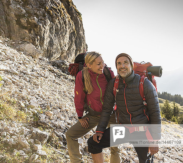 Wandererpaar bewundert schöne Natur