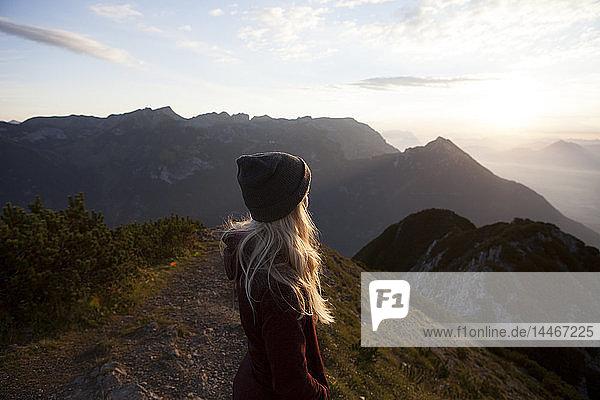 Österreich  Tirol  Wanderer genießt bei Sonnenaufgang die Aussicht auf den Achensee