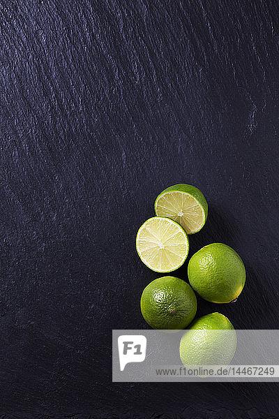 Vier Limetten auf schwarzer Schiefertafel