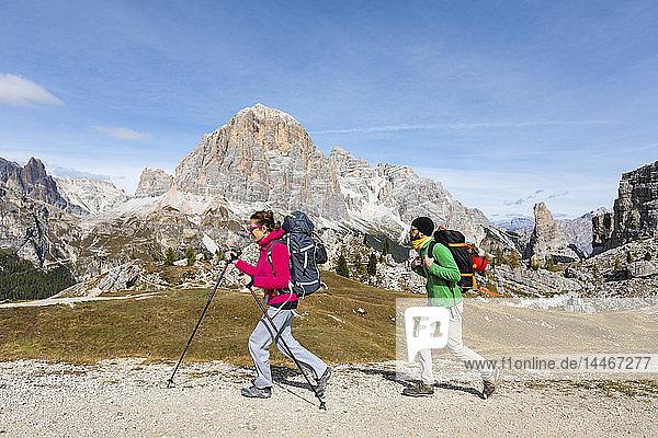 Italien  Cortina d'Ampezzo  zwei Personen wandern in der Bergregion der Dolomiten
