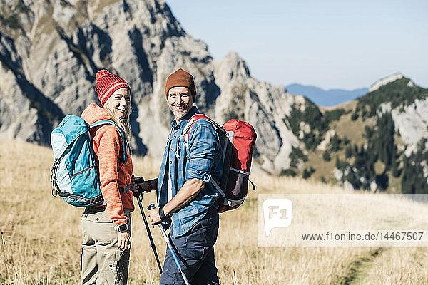 Österreich  Tirol  glückliches Paar auf einer Wanderung in den Bergen