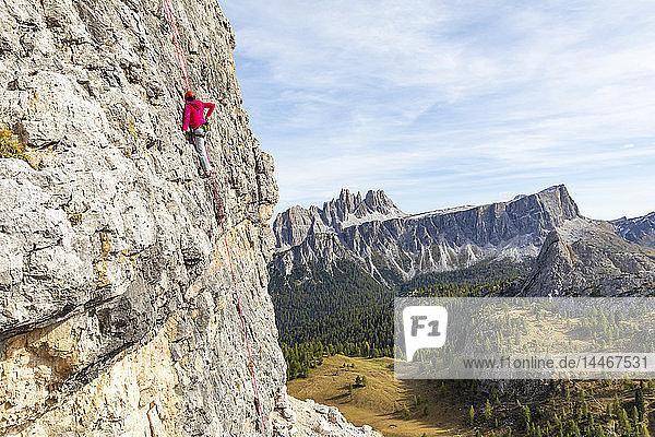 Italien  Cortina d'Ampezzo  Frau mit Kreidepulver beim Klettern in den Dolomiten