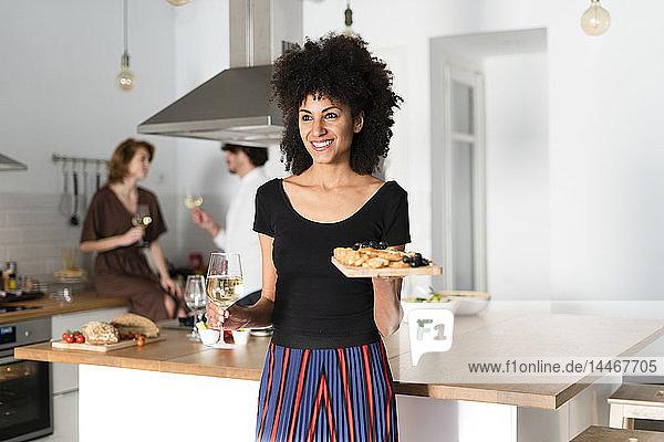 Freunde bereiten in der Küche ein Abendessen vor  Frau serviert Vorspeisen