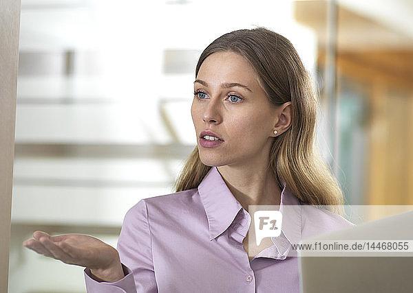 Seriöse Geschäftsfrau im Amt diskutiert
