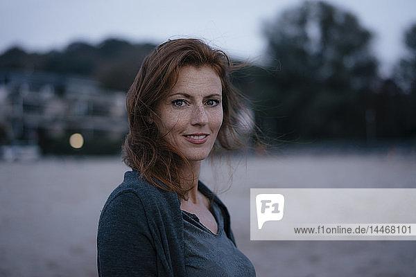 Deutschland  Hamburg  Porträt einer lächelnden rothaarigen Frau