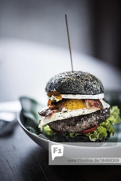 Schwarzer Hamburger mit Ei und Speck